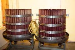 Presse de récolte de raisin pour le vin dans la cave d'établissement vinicole photographie stock
