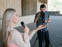 Presse de télévision de pelliculage d'actualités d'équipage de journaliste de TV images stock