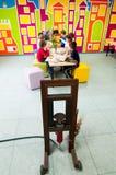 Presse et enfants d'huile se renseignant sur des usines à un atelier Photographie stock