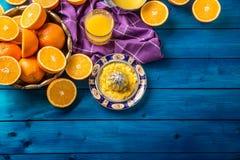 Presse-fruits de main et oranges fraîches Fruits frais tropicaux Image libre de droits