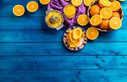 Presse-fruits de main et oranges fraîches Fruits frais tropicaux Photos stock