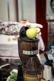 Presse-fruits et jus de pomme image stock