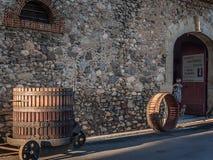 Presse historique de raisin dans une rue dans des Frances de Roquebrun Images stock