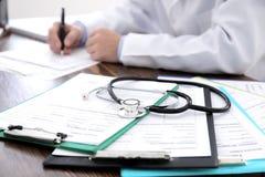 Presse-papiers avec des formes d'assurance médicale maladie image stock