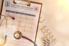 Presse-papiers avec l'électrocardiogramme et le traitement avec la lumière d'or Photographie stock