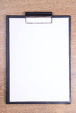Presse-papiers avec le papier blanc sur la table en bois Photographie stock