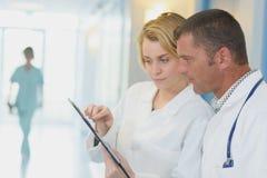Presse-papiers de consultation de personnel infirmier Photo libre de droits