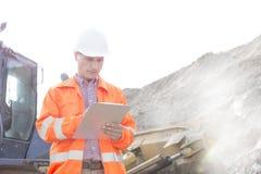 Presse-papiers de lecture d'ingénieur au chantier de construction Photos libres de droits