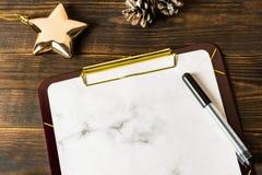 Presse-papiers de marbre blanc et stylo de marqueur noir avec l'étoile d'or, cadeau, canne de sucrerie dans la forme d'un coeur s image libre de droits