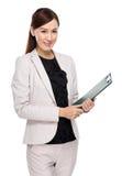 Presse-papiers de prise de femme d'affaires Photos stock