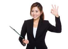 Presse-papiers et main de prise de femme d'affaires avec le signe correct Photos stock