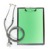 Presse-papiers médical et stéthoscope d'isolement sur le fond blanc Images stock