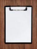 Presse-papiers noir avec la feuille blanche vide Photos stock