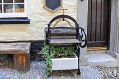 Presse victorienne d'essoreuse antique avec l'usine photographie stock