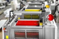 Pressedrucken - Offsetmaschinendetail Magentarote und gelbe Einheiten stockfoto