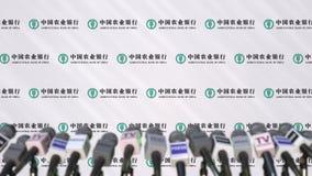 Pressekonferenz des AGRICULTURAL BANK OF CHINA, Pressewand mit Logo als Hintergrund und mics, redaktionelle Wiedergabe 3D stockbilder