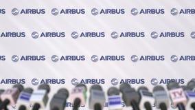 Pressekonferenz von AIRBUS, Pressewand mit Logo und Mikrophonen, redaktionelle begrifflichwiedergabe 3D lizenzfreie stockfotografie