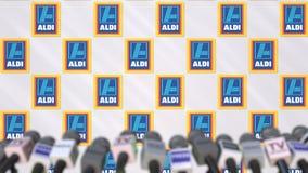 Pressekonferenz von ALDI, Pressewand mit Logo als Hintergrund und mics, redaktionelle Wiedergabe 3D stockbild