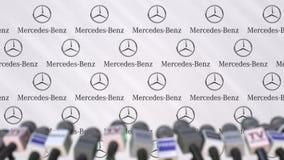 Pressekonferenz von Mercedes-Benz-Firma, von Pressewand mit Logo und von Mikrophonen, redaktionelle begrifflichanimation stock footage