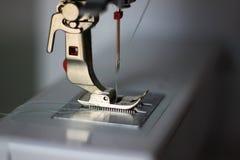 Presser-Fuß und doppelte Nadel einer Nähmaschine stockfoto