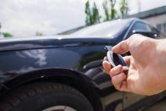 Presses de main sur les systèmes d'alarme à télécommande de voiture Photos stock