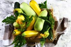 Pressez la courgette organique de moelle /courgette dans une boîte en bois avec une serviette de cuisine sur un fond clair Produi Images stock