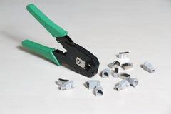 Pressez les pinces pour les connecteurs rj45 et rj11 Images stock