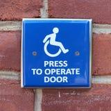 Pressez pour actionner le signe de porte Photographie stock libre de droits