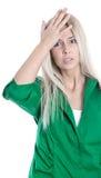 Pression d'affaires : femme blonde assez jeune frustrée en vert Images stock