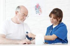 pression de mesure de docteur de sang Photos stock