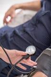 Pression masculine de mesure expérimentée de médecin généraliste photo stock