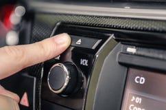 Pressionando o botão do CD da ejeção de um carro foto de stock
