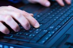 Pressionar entra em um teclado do portátil Fotos de Stock