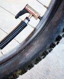 Pressione della bici della valvola immagini stock