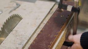 Pressione della plancia guidante del textolite alla tavola della sega stock footage