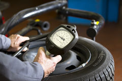 Pressione di pneumatico dell'automobile Immagini Stock Libere da Diritti
