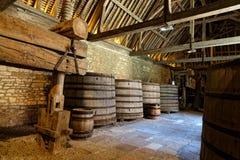 Pressione e barrel em uma adega de uma adega em Borgonha imagem de stock royalty free