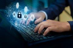Pressione entram no botão no computador Segurança digital do cyber da relação do mundo chave da tecnologia do sumário do sistema  foto de stock