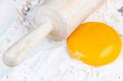 Pressione a massa de pão e o yolk imagem de stock royalty free