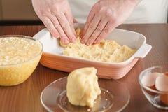 Pressione a pastelaria sobre a base e levante os lados Fazendo o pi de Apple Fotografia de Stock Royalty Free