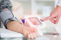Pressione sanguigna di misurazione del medico Fotografia Stock