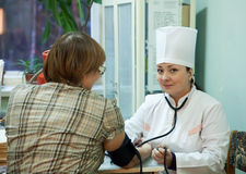 Pressione sanguigna di misurazione del medico Fotografie Stock Libere da Diritti