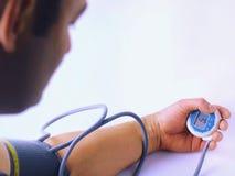 Pressione sanguigna misurarsi Controllo di pressione sanguigna Prevenzione di attacco di cuore Ipertensione arteriosa - alti pres fotografia stock