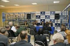 Presskonferens för journalister med deltagande av ledningen av Gorky den auto växten Arkivbild