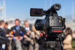 Presskonferens Filma en händelse med en videokamera Royaltyfria Bilder
