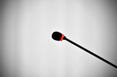 Presskonferensmikrofon som vänds på Arkivfoton