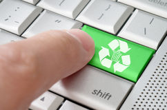 A pressão masculina do dedo do conceito do negócio recicla a chave Foto de Stock