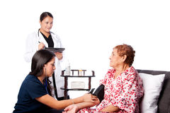 Pressão sanguínea de medição da enfermeira Imagem de Stock