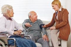 Pressão sanguínea de medição da mulher sobre Imagem de Stock