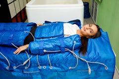 Pressotherapy治疗-淋巴排水设备按摩 非手术的硬件整容术 库存照片